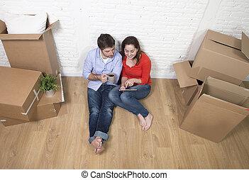 Junges, Sitzen Boden, Einziehen, Neues Haus, Gebrauchend, Digital Tablette,  Wählen