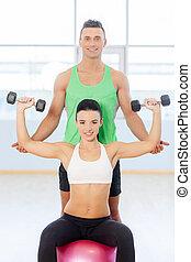 junges, trainieren, an, der, fitness, gym., frau, in, turnhalle, mit, persönlich, tauglichkeitsausbilder, trainieren