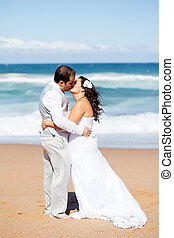 jungvermählt, ehepaar, küßt, auf, sandstrand