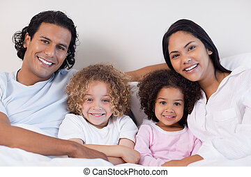 junto, sorrindo, cama, família, sentando