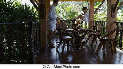 jus, été, usage, femme, apporter, séance, couple, balcon, jeune, téléphone, cellule, conversation, terrasse, homme, intelligent, heureux