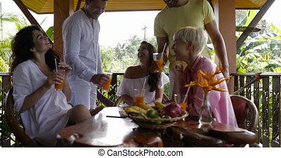 jus, groupe, gens, communication, jeune, ensemble, vacances, conversation, terrasse, tintement, pendant, lunettes, amis, petit déjeuner