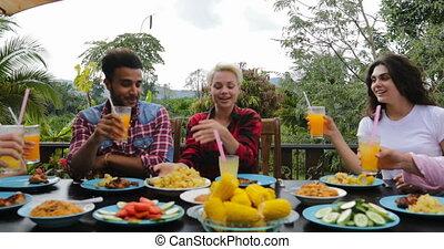 jus, manger, gens, communication, séance, jeune, conversation, terrasse, dehors, table, grillage, amis, lunettes