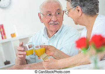 jus orange, couple, grillage, personnes agées