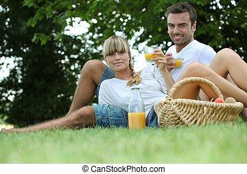 jus orange, couple, parc, boire