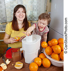 jus orange, fille, confection, mère