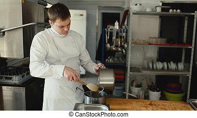jus viande, préparer, restaurant, chef cuistot, homme, professionnel, épices, sauce, cuisine