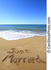 """""""just, married"""", geschreven, op, gouden, zandig strand"""