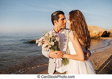 just-married, pareja, posición, en la playa