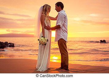 juste, couple, mariés, exotique, plage coucher soleil