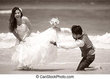 juste, couple, mariés, jeune, célébrer, amusez-vous, heureux