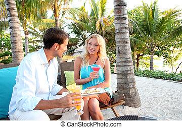 juste marié, couple, avoir, a, cocktail, dans, luxe, recours