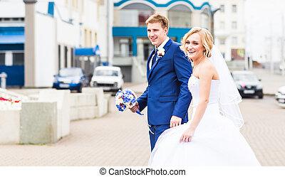 juste marié, couple, courant, dans, a, ville