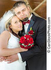 juste marié, couple, dans, a, étreinte