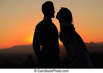 juste marié, couple, dans, les, coucher soleil