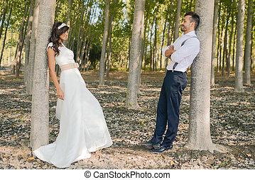 juste marié, couple, dans, nature, fond