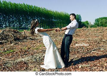juste marié, couple, dans, peuplier, fond