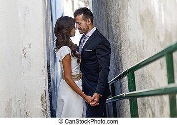 juste marié, couple, dans, urbain, fond