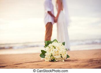 juste marié, mains tenue couple, plage
