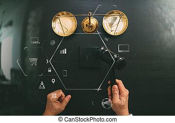 justiça, e, lei, concept.top, vista, de, macho, juiz, mão, em, um, sala audiências, com, a, gavel, e, bronze, scalr, ligado, escuro, madeira, tabela, com, vr, diagrama