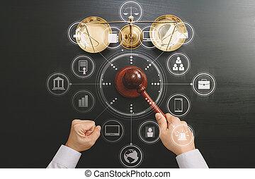 justiça, e, lei, concept.top, vista, de, macho, juiz, mão, em, um, sala audiências, com, a, gavel, e, bronze, escala, ligado, escuro, madeira, tabela, com, vr, diagrama