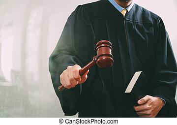 justice, et, droit & loi, concept.male, juge, dans, a, salle audience, à, les, marteau, et, livre saint