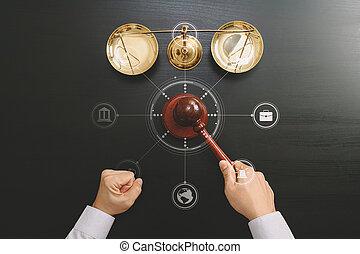 justice, et, droit & loi, concept.top, vue, de, mâle, juge, main, dans, a, salle audience, à, les, marteau, et, laiton, échelle, sur, sombre, bois, table, à, vr, diagramme