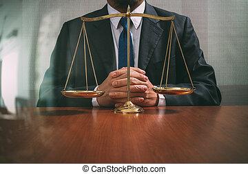 justicia, y, ley, concept.male, abogado, en, la oficina, con, latón, escala, en, tabla de madera, vista