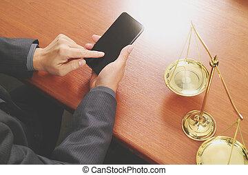 justicia, y, ley, concept.male, abogado, en, la oficina, con, latón, escala, en, tabla de madera