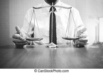 justicia, y, ley, concept.male, abogado, en, la oficina, con, latón, escala, en, tabla de madera, y, blanco