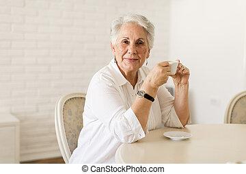 kávécserje, öregedő, bájos, otthon, hölgy, iszik