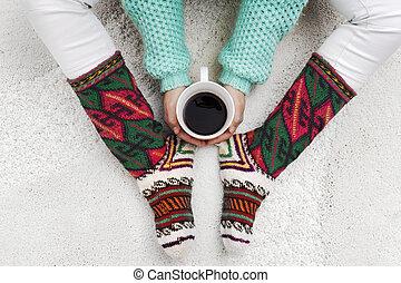 kávécserje, nő, neki, csésze, zokni, következő, lábak, hatalom kezezés, fehér, szőnyeg