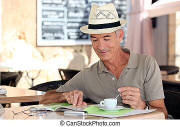kávéház, úriember, szabadidő, idősebb ember, élvez