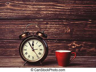 kávéscsésze, fából való, ébresztőóra, asztal.