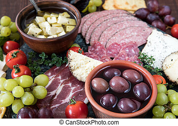kã¤se, und, fleisch, vorspeise, selection., vielfalt käses, salami, prosciutto, bread, baguette, trauben, oliven