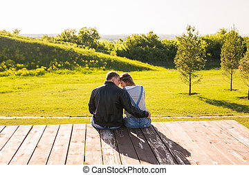 kärlek, krama koppla, på, a, pir, in, natur, se tillbaka