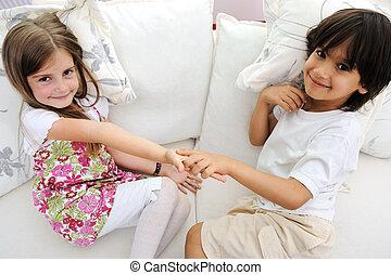 kærlig, lille boder, og, søster, sidde sofa