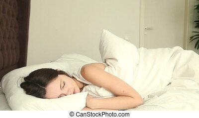 kényelmetlen, nő, fiatal, ágy, alvás
