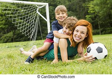 kép, közül, család, anya fiú, játék labda, a parkban