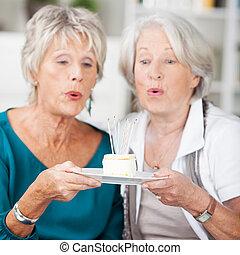 két, öregedő, eyeing, finom, torta munkadarab, nők