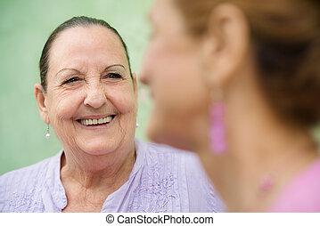 két, öregedő women, gyűlés, és, beszéd, képben látható, pad