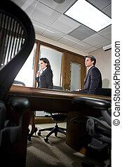 két, ügy colleagues, alatt, egy, boardroom találkozik