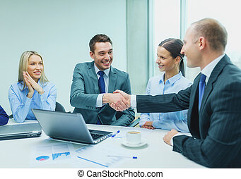 két, üzletember, reszkető kezezés, alatt, hivatal