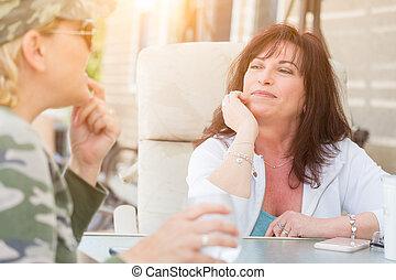 két, beszélgetés, kívül, női, élvez, barátok