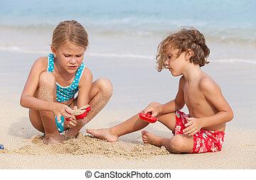 két, boldog, gyermekek játék, a parton
