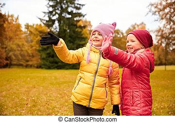 két, boldog, kicsi lány, hullámzás, kéz, alatt, ősz, liget