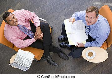 két, businessmen, ülés, bent, noha, kávécserje, laptop, és, irattartó, mosolygós
