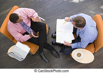 két, businessmen, ülés, bent, noha, kávécserje, laptop, és, irattartó