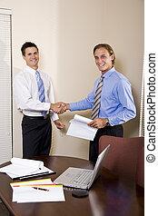 két, businessmen, alatt, hivatal, reszkető kezezés