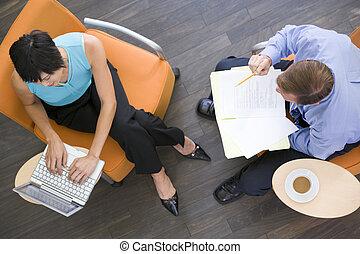 két, businesspeople, ülés, bent, noha, kávécserje, laptop, és, irattartó